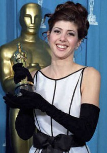 Marisa Tomei holds her Oscar statue