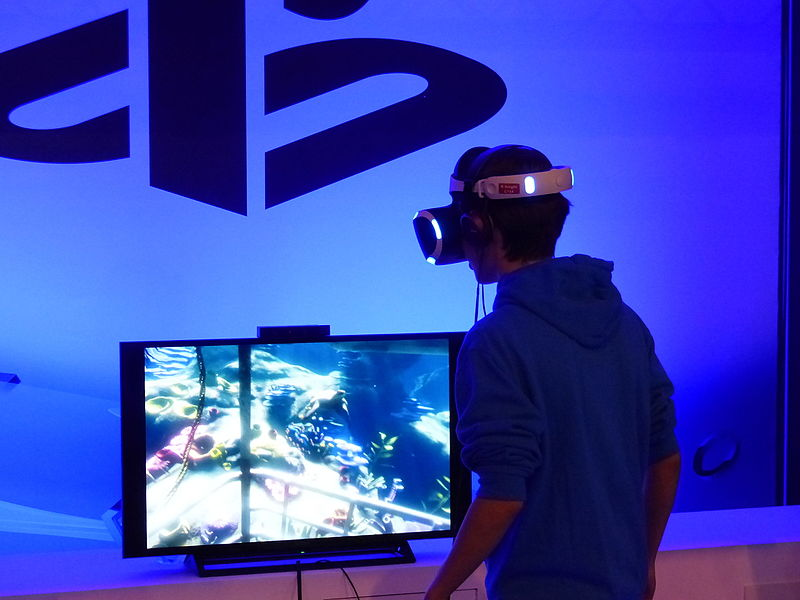 User testing out Playstation VR at Madrid Games Week 2015