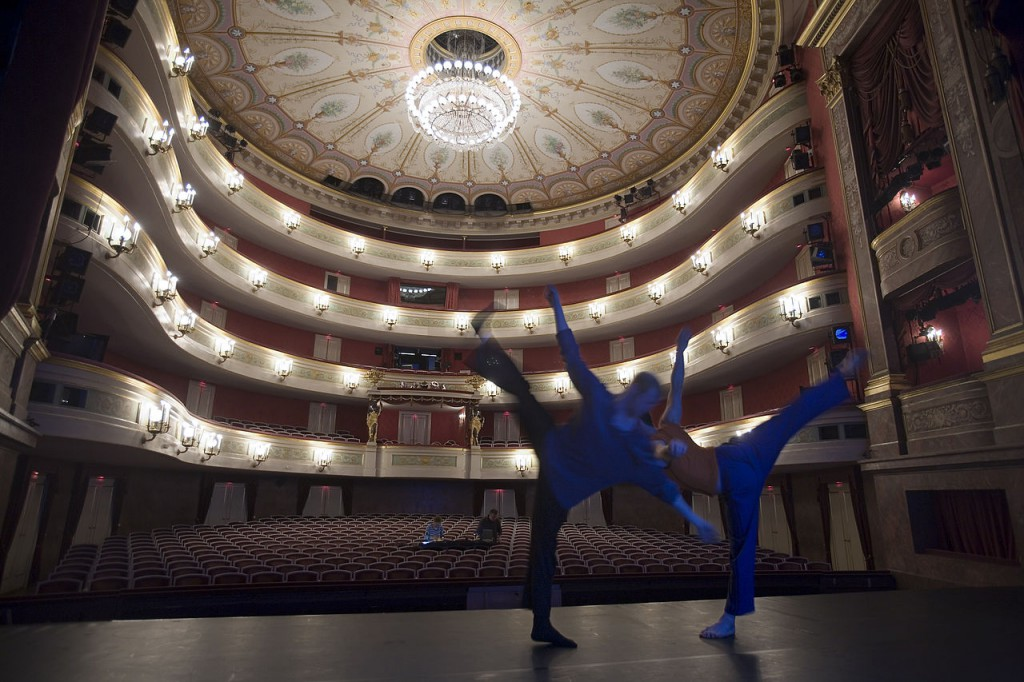 Munich_-_Two_dancers_lit_in_blue_rehearsing_-_7905